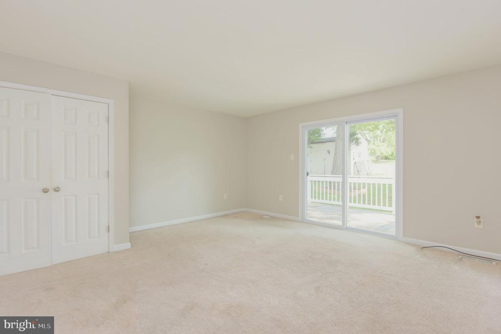 Master bedroom with sliding door to the back yard - 117 COLBURN DR, MANASSAS PARK