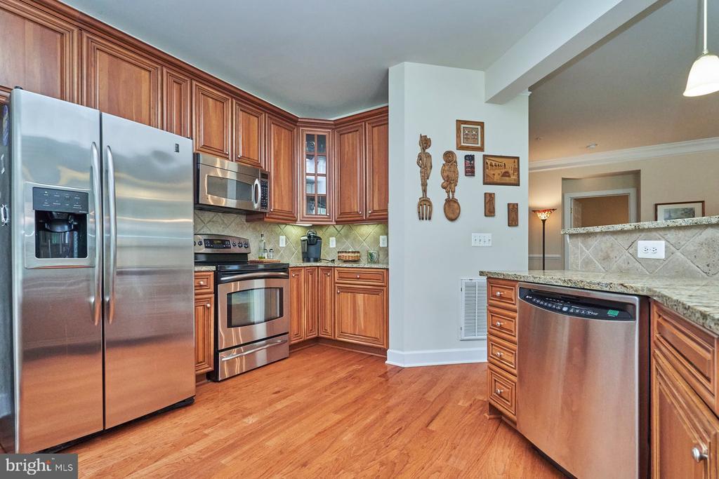 Upgraded Cabinets - 15231 ROYAL CREST DR #104, HAYMARKET