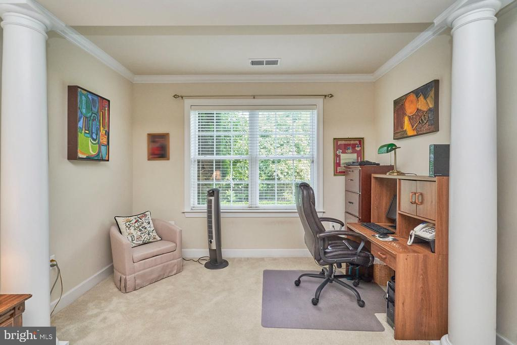 Sitting Area in the Primary Bedroom - 15231 ROYAL CREST DR #104, HAYMARKET