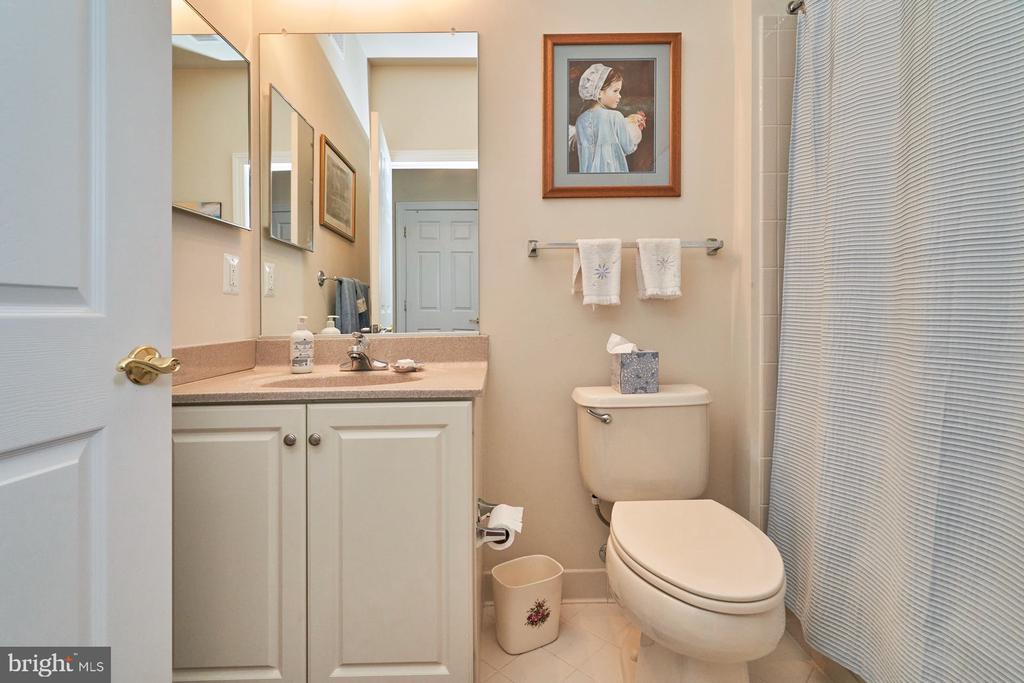 Hall Bathroom with Tub - 15231 ROYAL CREST DR #104, HAYMARKET
