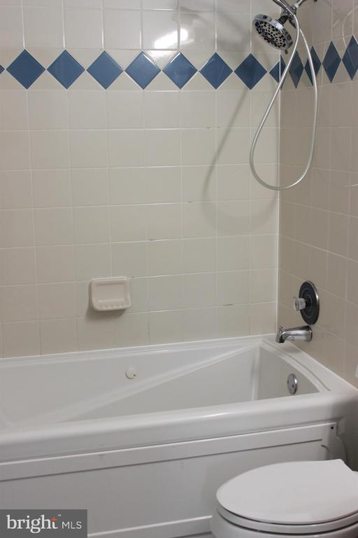 Main level bath with jetted tub!! - 107 PRICE DR, MANASSAS PARK