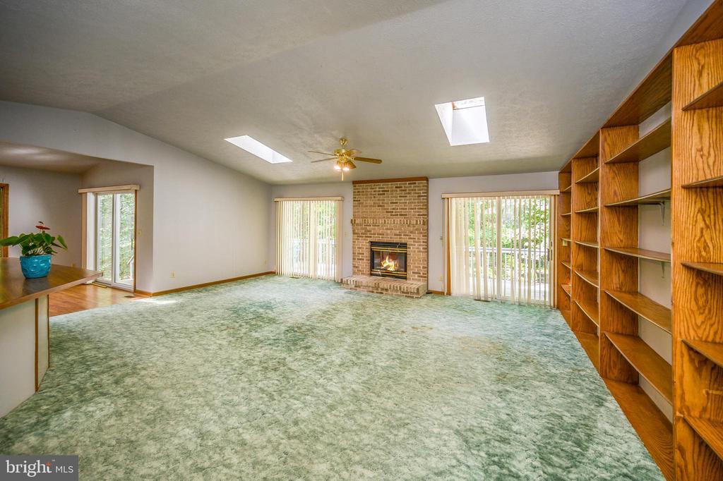 Great Room opens ontodeck at fireplace - 222 YORKTOWN BLVD, LOCUST GROVE
