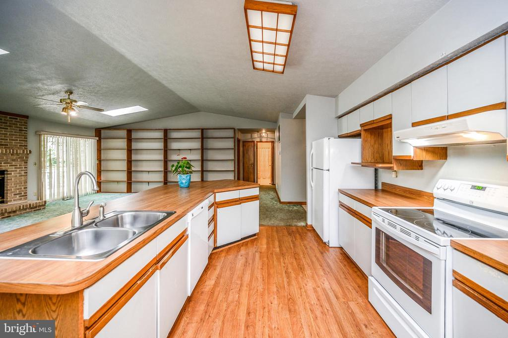 Two sided kitchen view - 222 YORKTOWN BLVD, LOCUST GROVE