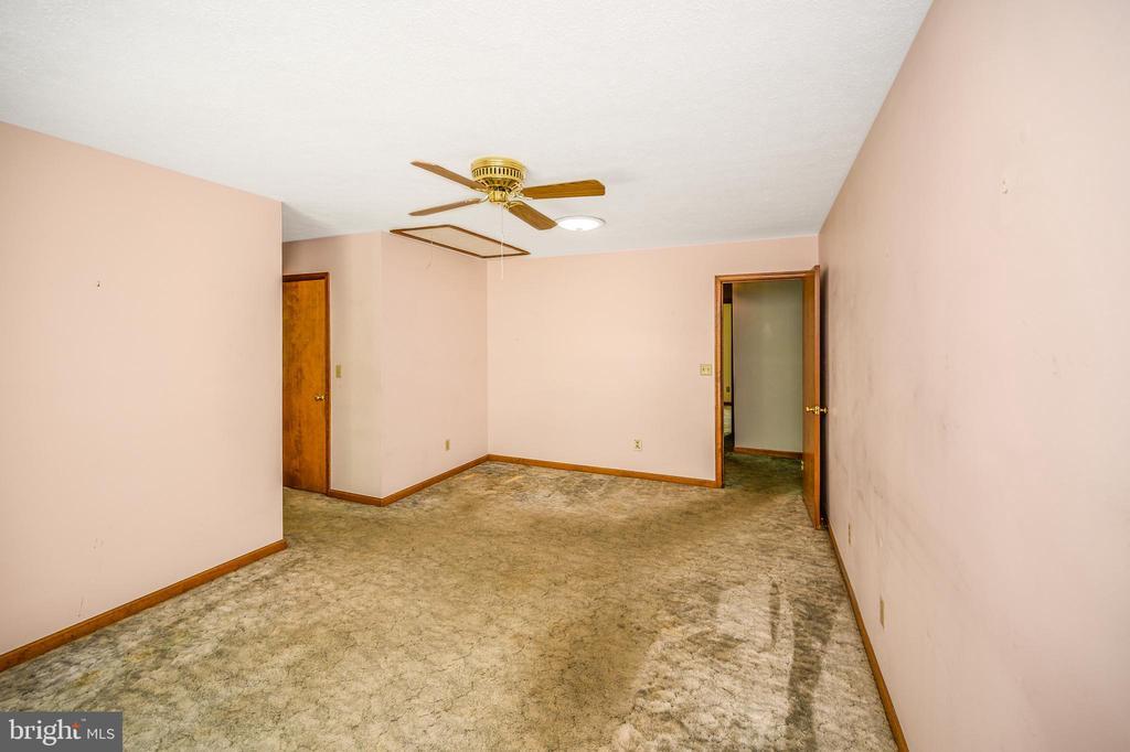 master bedroom showing hall to  bath & closet - 222 YORKTOWN BLVD, LOCUST GROVE