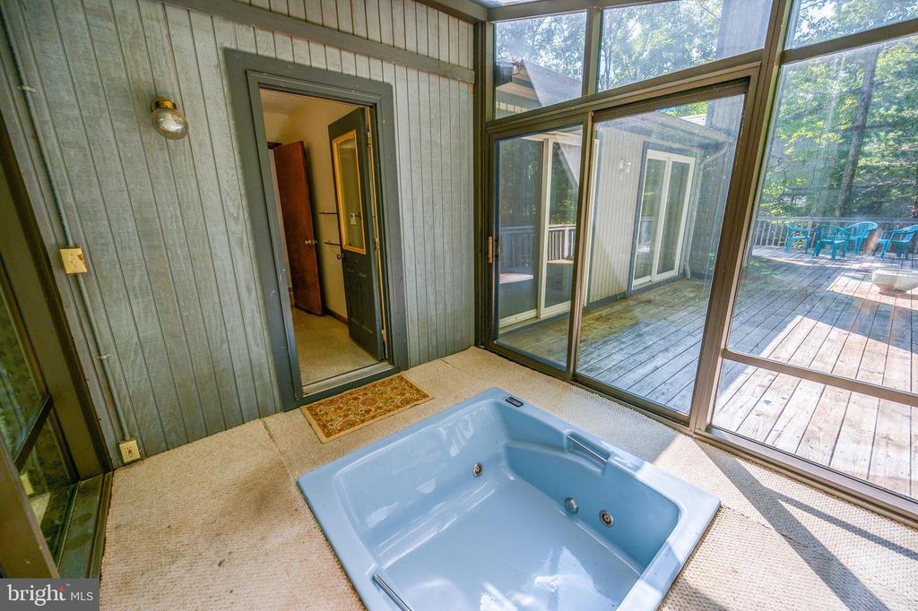 soak tub sun room - 222 YORKTOWN BLVD, LOCUST GROVE