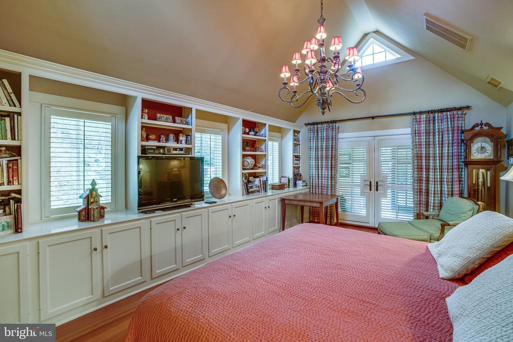 This 26' x 20' room has additional built-ins - 1501 CAROLINE ST, FREDERICKSBURG