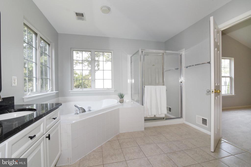Granite countertops and tile flooring - 43847 AMITY PL, ASHBURN