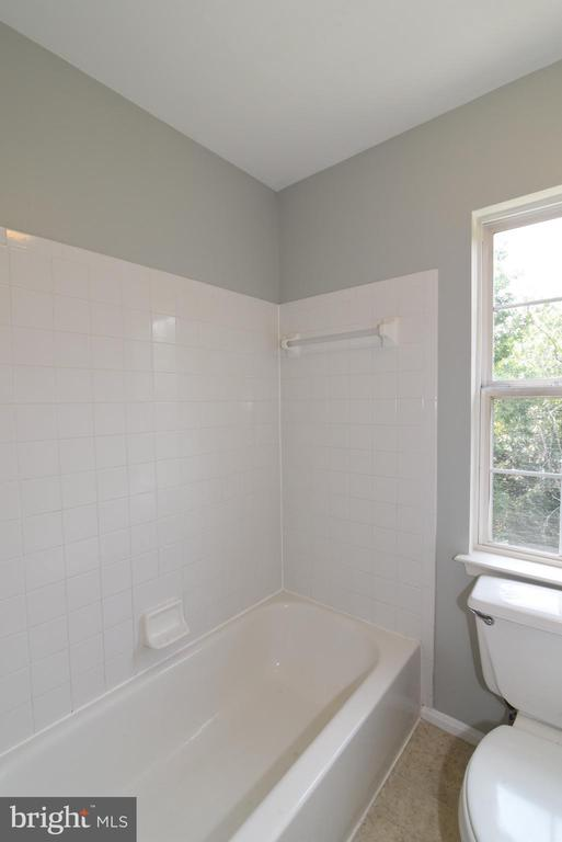Separate shower area - 43847 AMITY PL, ASHBURN