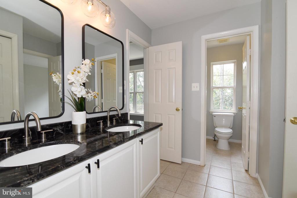 Hall bath w double sinks & granite - 43847 AMITY PL, ASHBURN