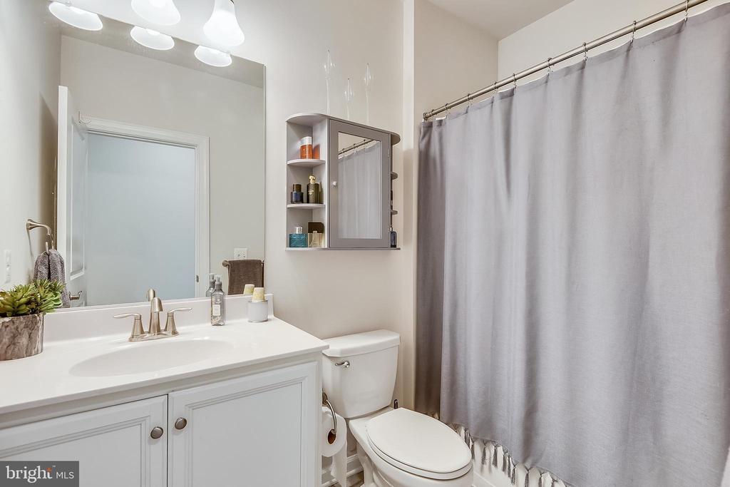 Hallway bathroom - 45127 KINCORA DR, STERLING