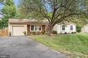 Private driveway with one car garage - 505 ASPEN DR, HERNDON