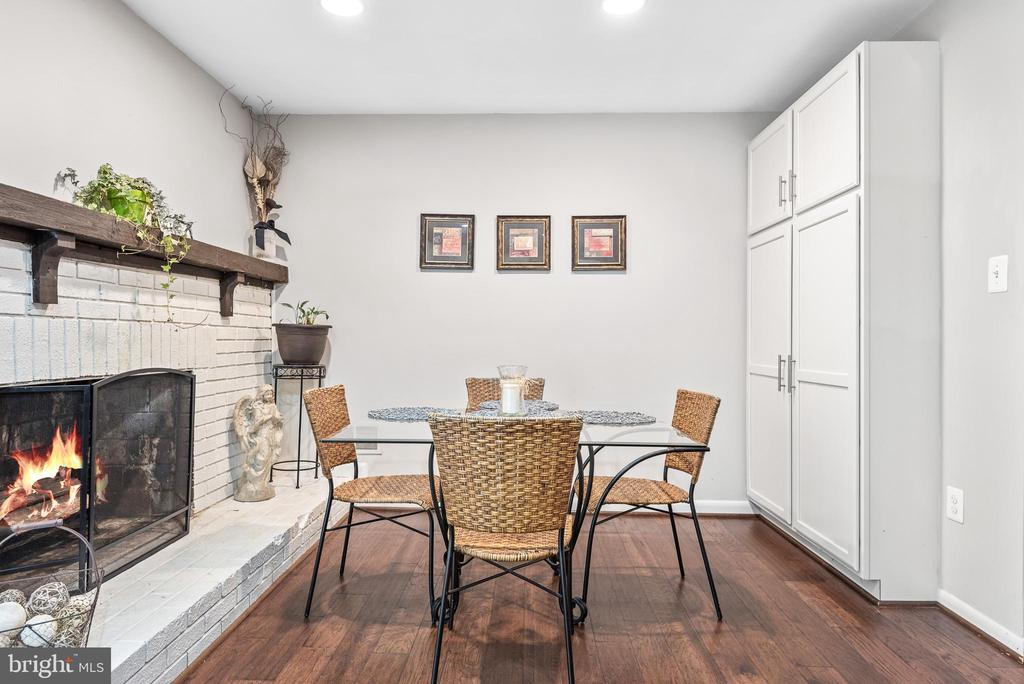 Cozy breakfast/family room with built-in storage - 505 ASPEN DR, HERNDON