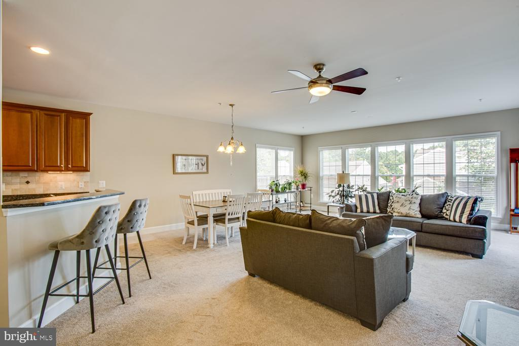 Breakfast bar with seating - 68 TABLE BLUFF DR, FREDERICKSBURG