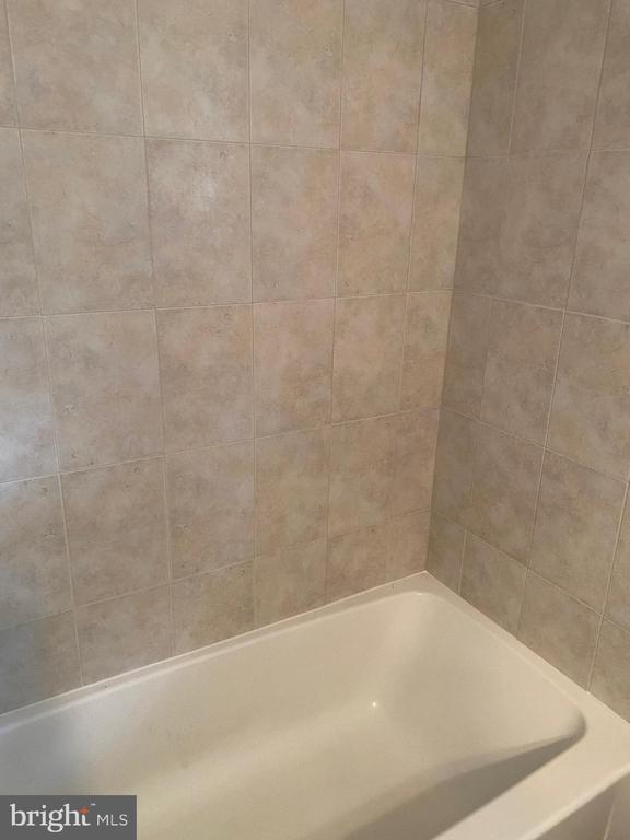 Both baths have lovely tile around the tubs - 112 WESTWICK CT #6, STERLING