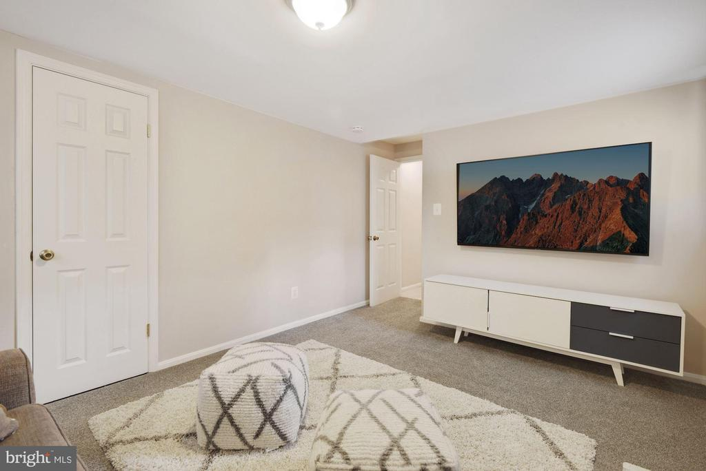 Family Rm - Great Spot to Relax, Recharge, or Play - 8423 HOLLIS LN, VIENNA