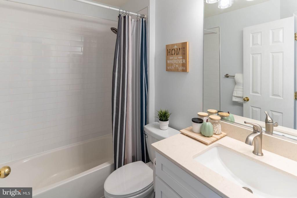 Updated Hall Bathroom - 42885 GOLF VIEW DR, CHANTILLY