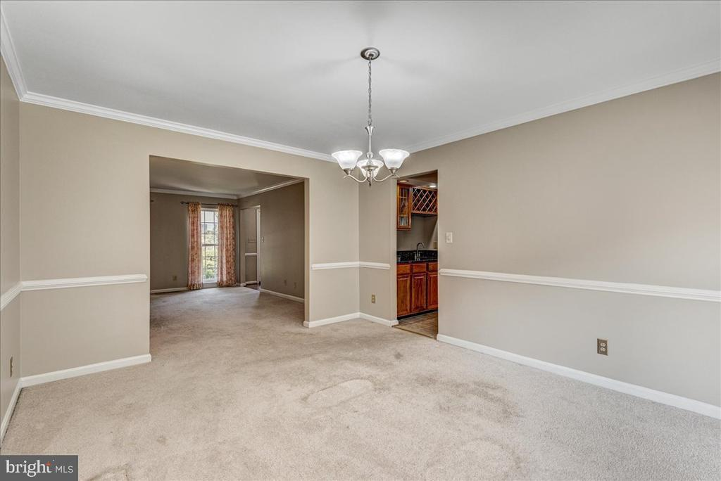 Large dining room with crown and chair moldings. - 127 NORTHAMPTON BLVD, STAFFORD