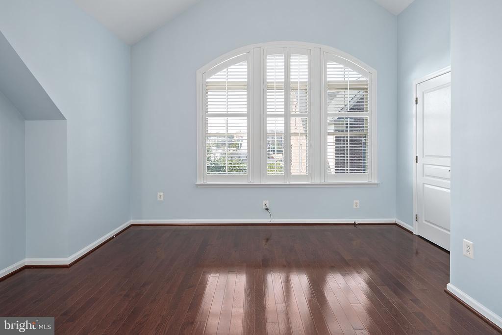Primary bedroom 2, vaulted ceiling - 2615 S KENMORE CT, ARLINGTON