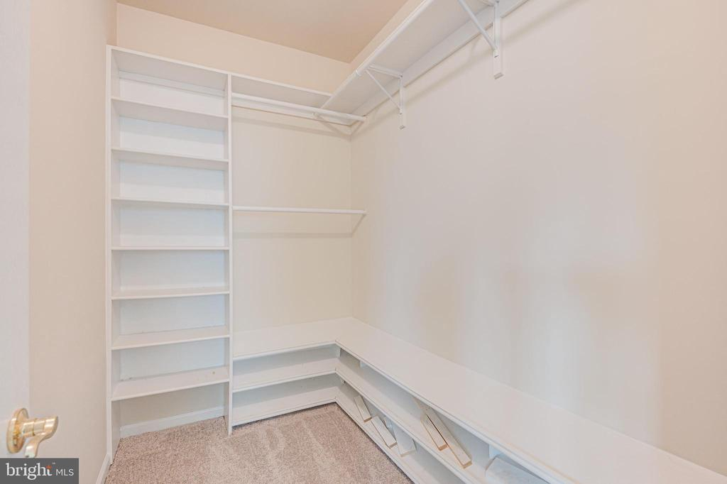 Custom closet system in primary bedroom - 43610 HAMPSHIRE CROSSING SQ #AD-205, LEESBURG