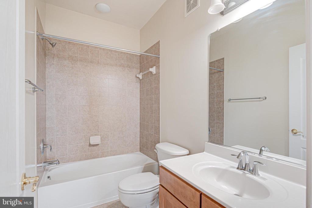 Upper level hall bath - 43610 HAMPSHIRE CROSSING SQ #AD-205, LEESBURG