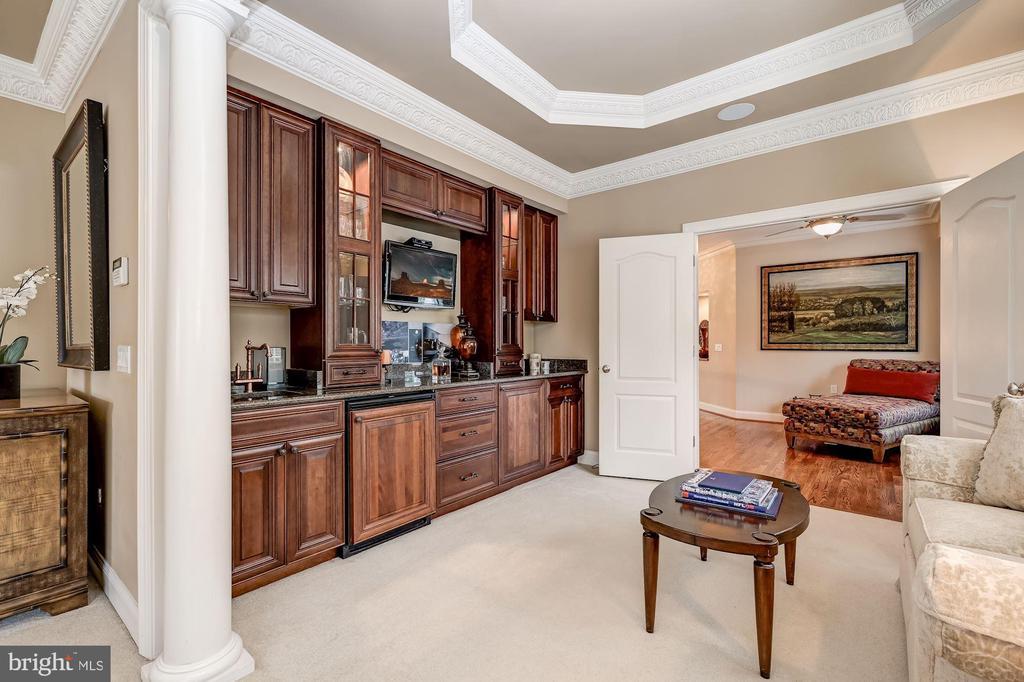 Owner's Suite Sitting Room w| Wet Bar - 10901 TOMPKINS WAY, WOODSTOCK
