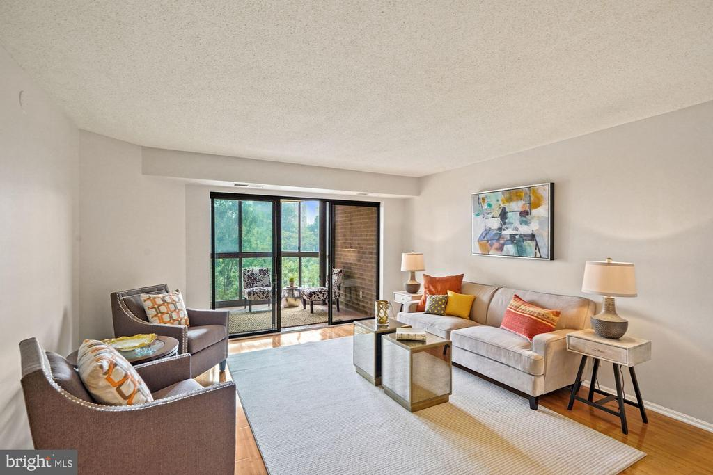 Bright living room - 1600 N OAK ST #525, ARLINGTON