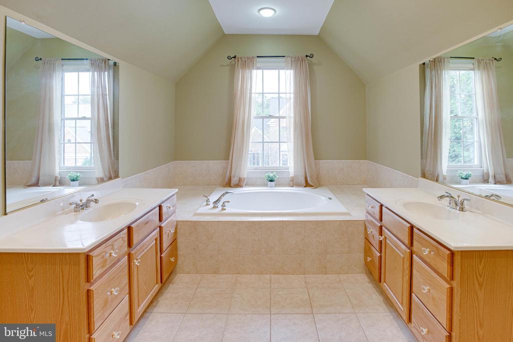 Relaxing Master bathroom - 4525 MOSSER MILL CT, WOODBRIDGE