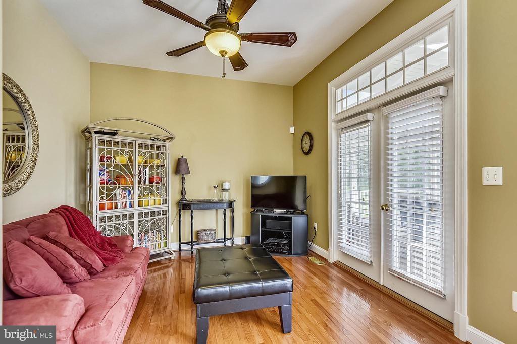 Sitting room with access to the screened in porch - 19186 CHARANDY DR, LEESBURG