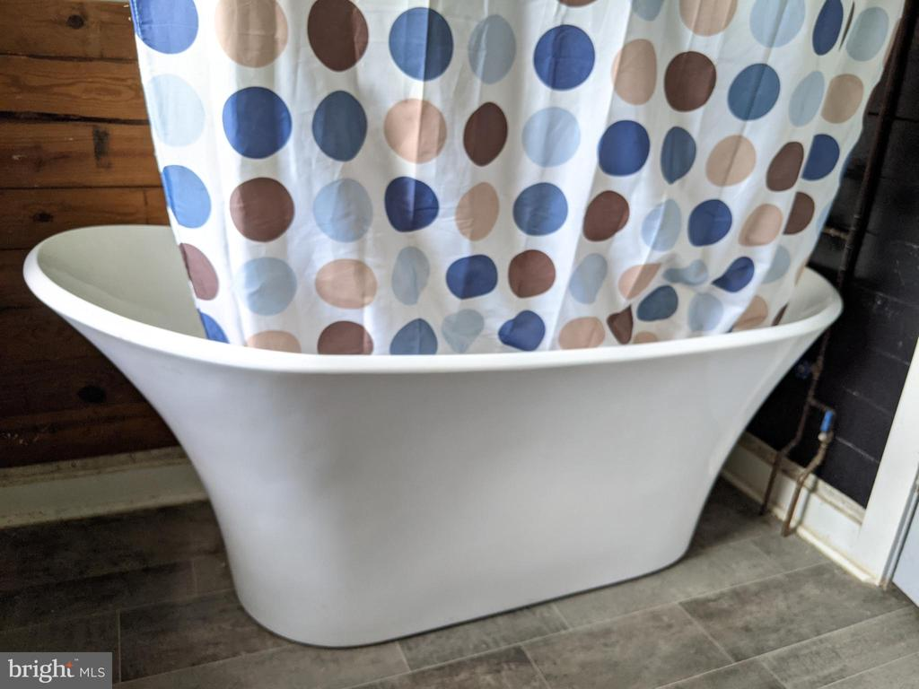 Upgraded soaking tub/shower in Bathroom - 11291 PINE HILL RD, KING GEORGE