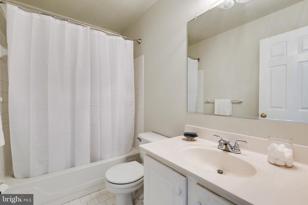 Upper Level Full Bathroom - 7617 STRATFIELD LN, LAUREL