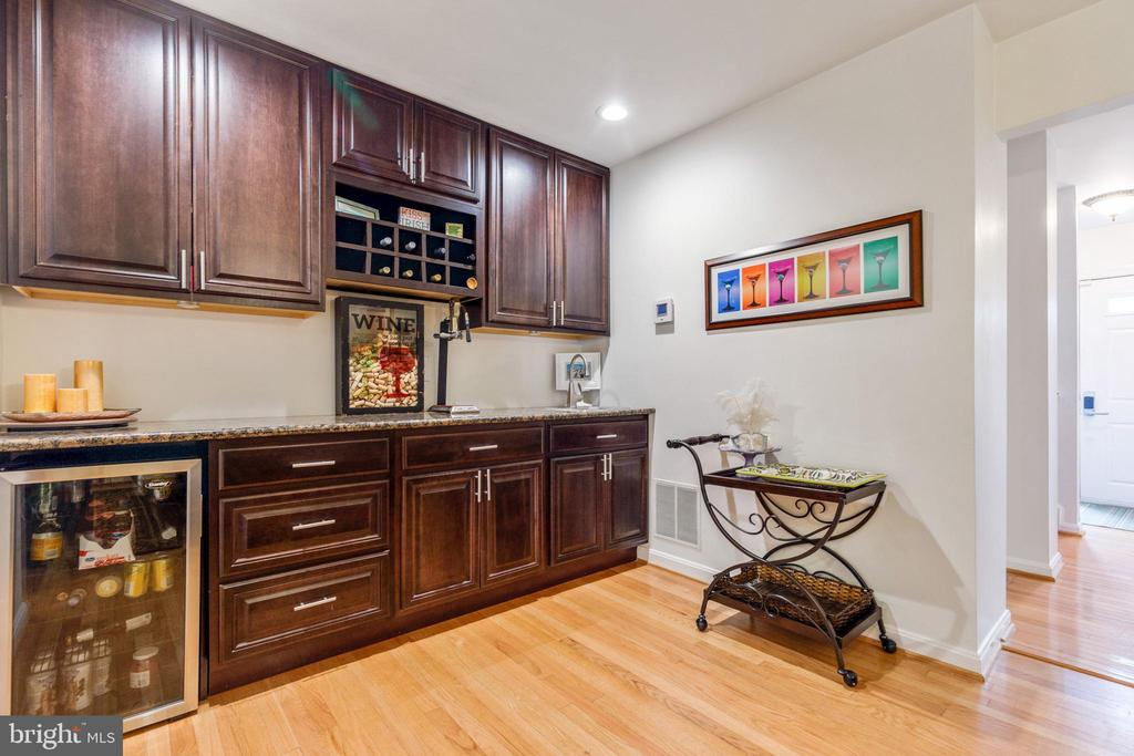 Wet bar/butlers pantry with fridge - 7157 LAKE COVE DR, ALEXANDRIA