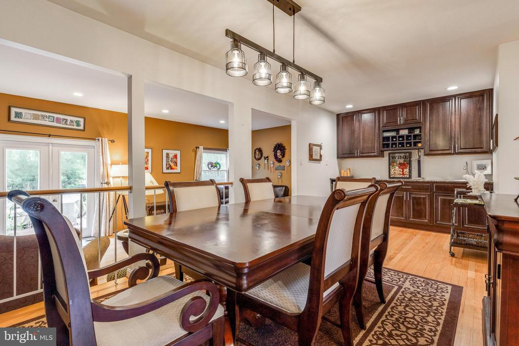 Dining rm with built in custom bar/butlers pantry - 7157 LAKE COVE DR, ALEXANDRIA