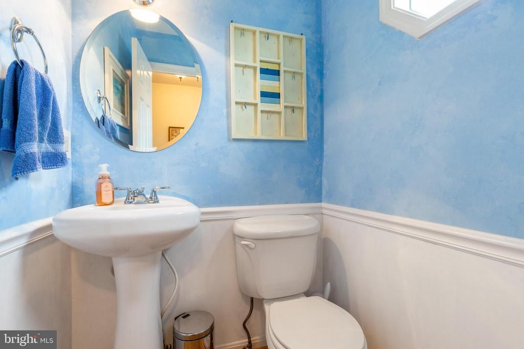 1/2 bath off front entryway. - 7157 LAKE COVE DR, ALEXANDRIA