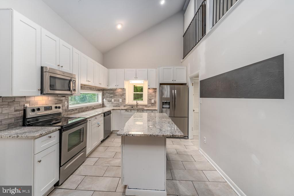 Center Island Kitchen w/Vaulted Ceiling & Granite - 107 NINA CV, STAFFORD