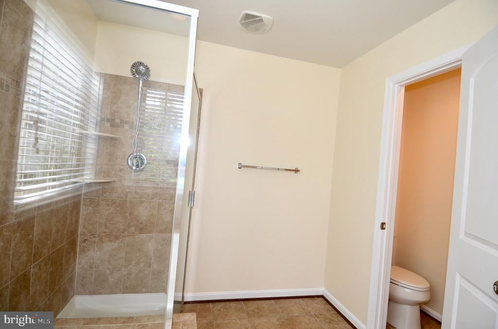 Master bath with private toilet area - 5647 LIBERTY MANOR CIR, WOODBRIDGE