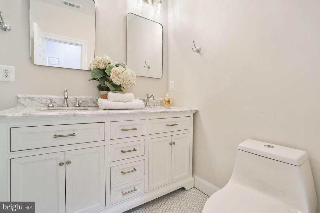 Primary Bath En Suite - 402 U ST NW, WASHINGTON