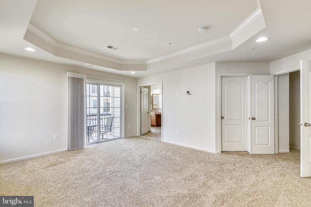 Primary bedroom with en-suite bath & balcony - 23542 HOPEWELL MANOR TER, ASHBURN