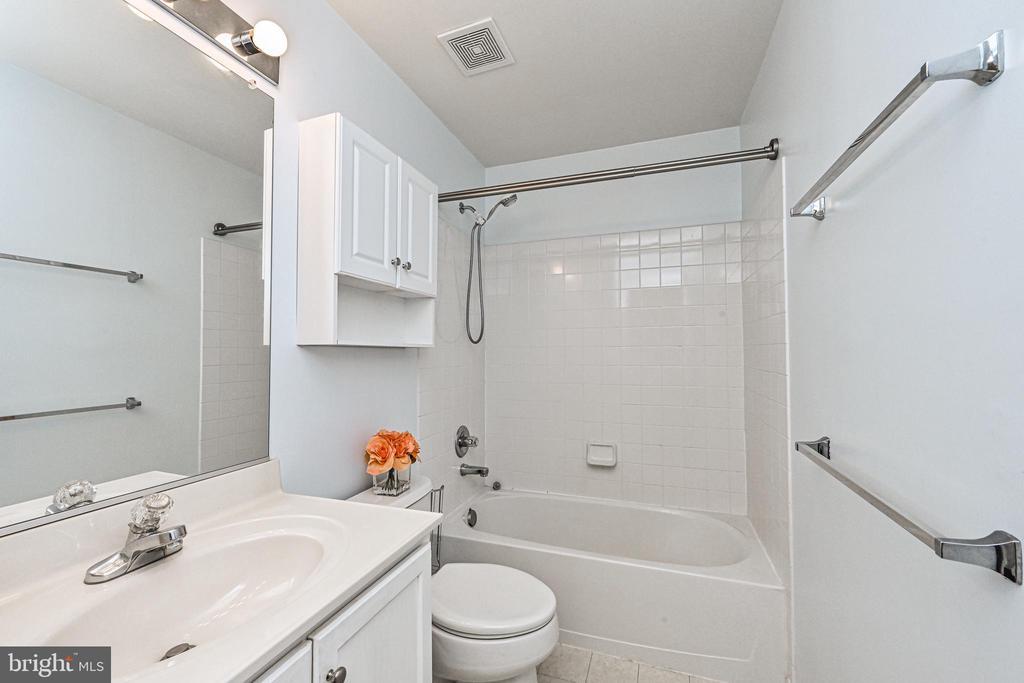 Upper Level Full Bath - 42791 SMALLWOOD TER, CHANTILLY