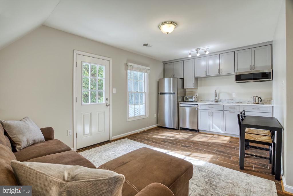 Au-pair/Inlaw Suite over Garage with kitchenette - 2020 N ROOSEVELT ST, ARLINGTON