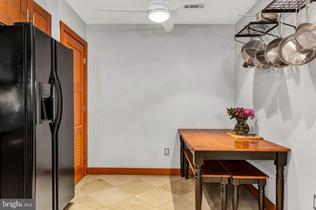 Large kitchen w pantry - 1733 S HAYES ST #A-1, ARLINGTON