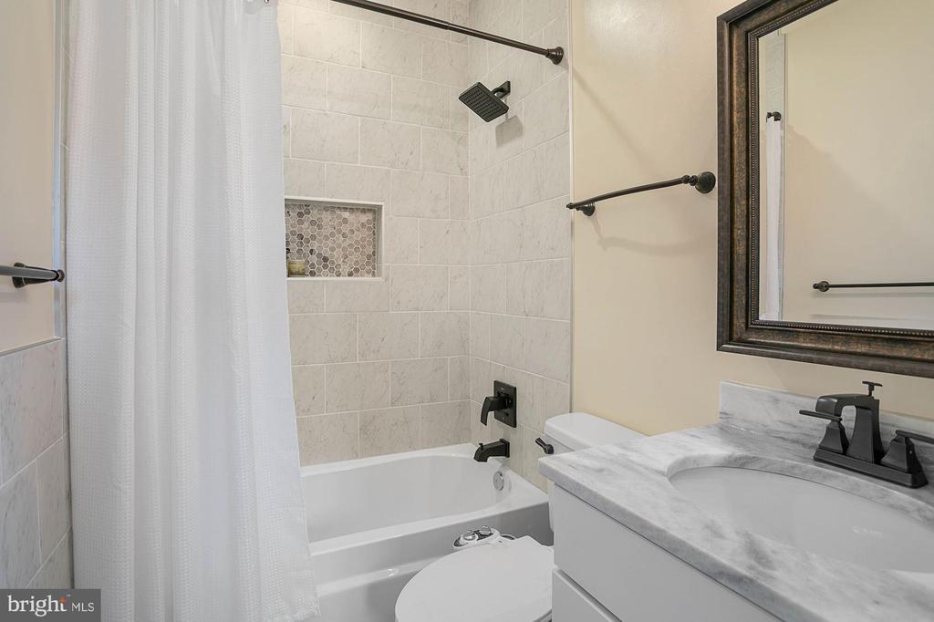 Full Bathroom - 1609 LEVIS ST NE, WASHINGTON