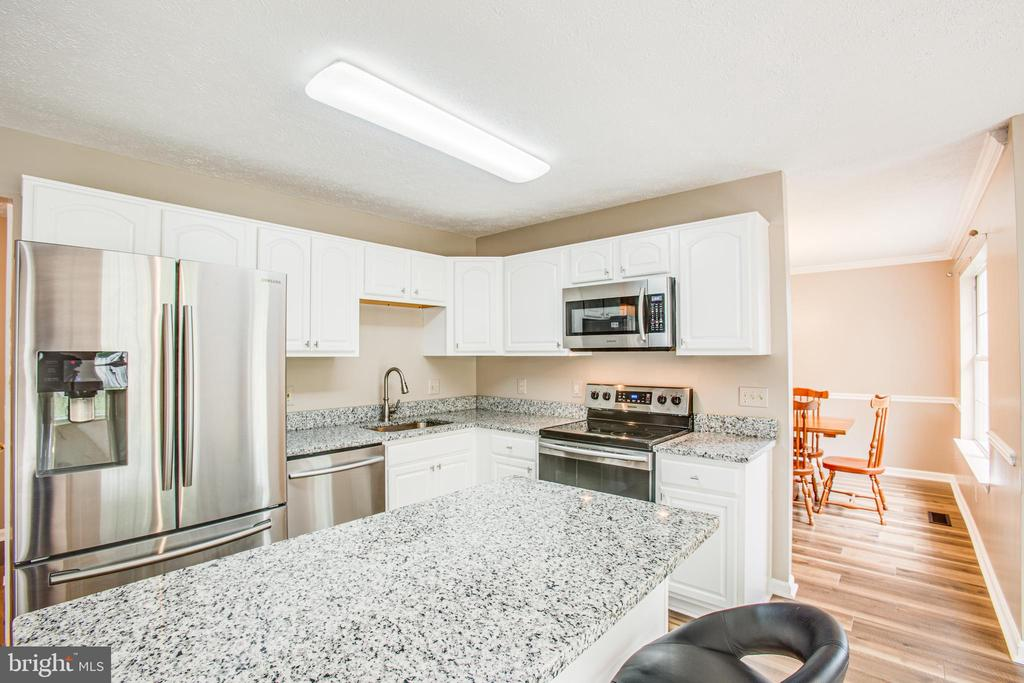 New granite, freshly painted cabinets - 67 SAINT ROBERTS DR, STAFFORD