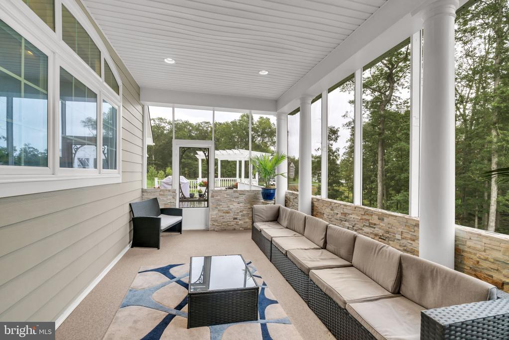 Covered Screened Porch with Custom Stone Wall - 41219 TRAMINETTE CT, ASHBURN
