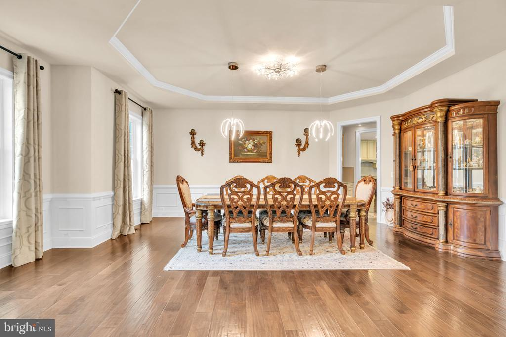 Large Dining Room w/Tray Ceiling & Trim Package - 41219 TRAMINETTE CT, ASHBURN