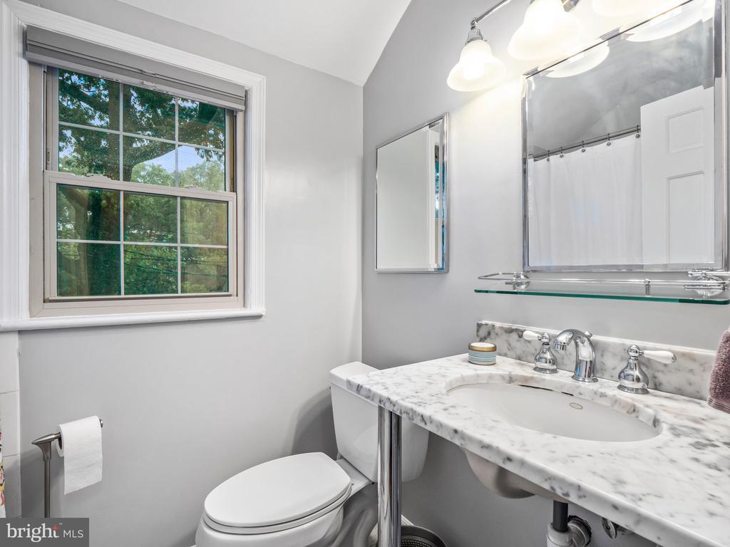 Upstairs Bathroom - 713 N OAKLAND ST, ARLINGTON