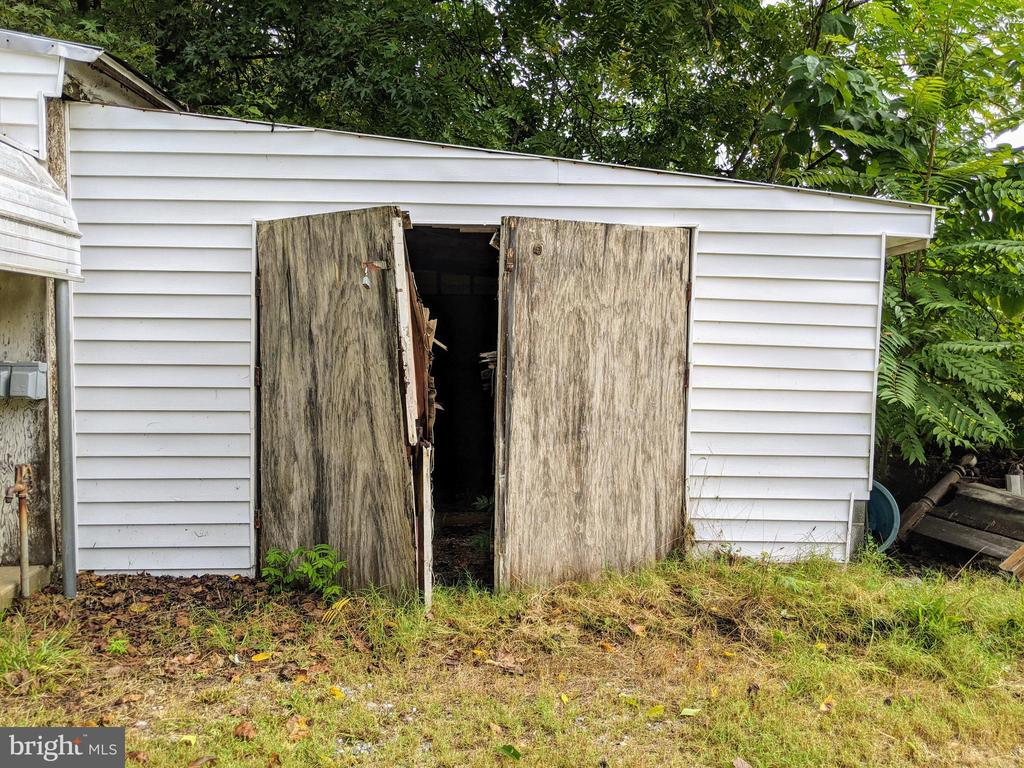 Hay barn attached to 1 car garage - 11291 PINE HILL RD, KING GEORGE