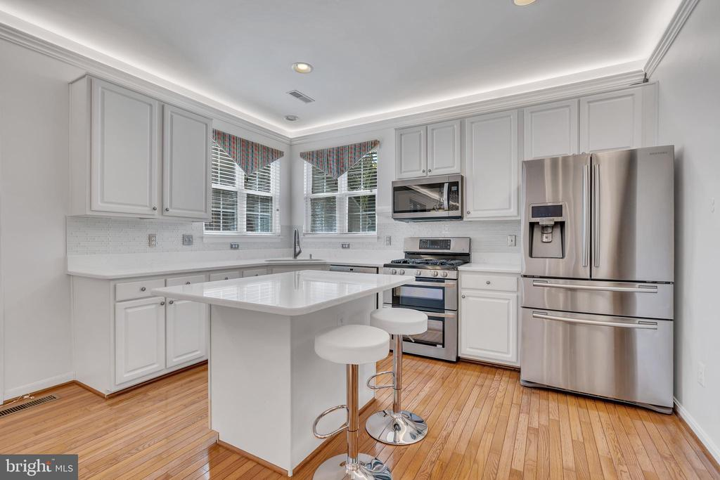 Updated White Kitchen w/ Quartz and SS Appliances - 104 SHERIDAN WAY SW, LEESBURG