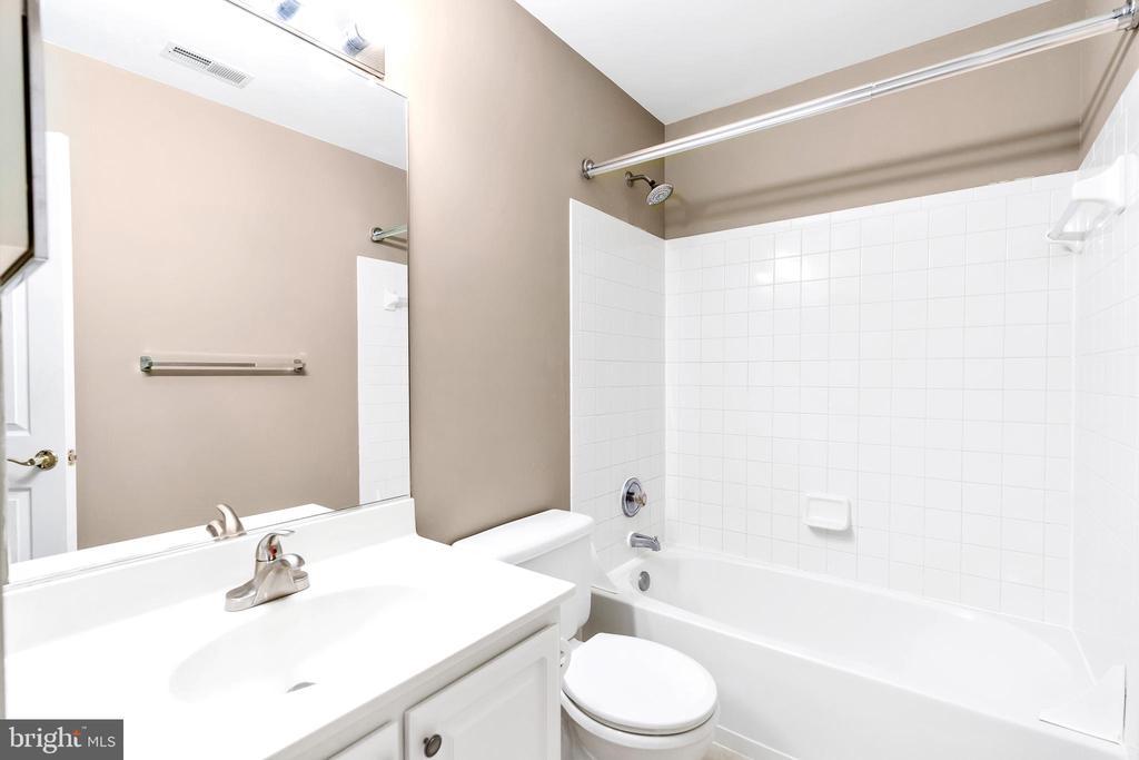 Shared Full Bath upstairs - 104 SHERIDAN WAY SW, LEESBURG