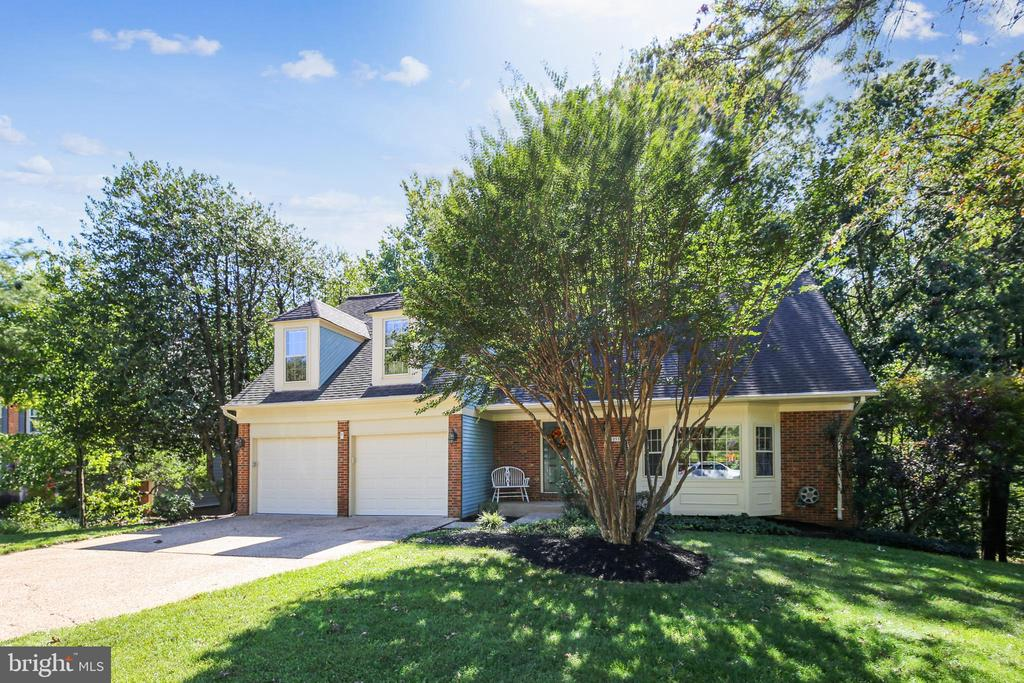 Home tucked in wooded .38 acres - 11955 GREY SQUIRREL LN, RESTON