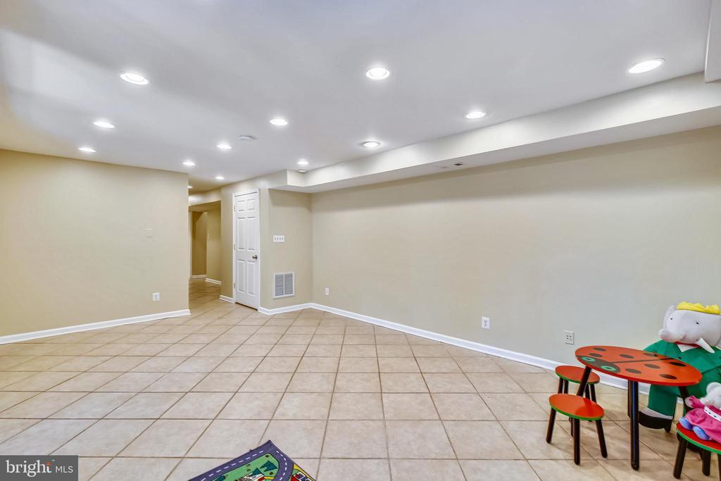 Huge tiled rec room - 11955 GREY SQUIRREL LN, RESTON